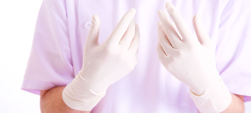 手袋をはめた執刀医