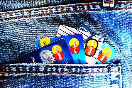 ポケットの入ったクレジットカード