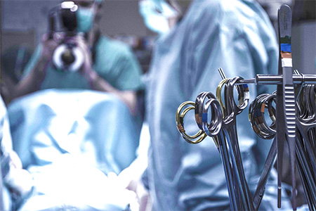 手術室の執刀医